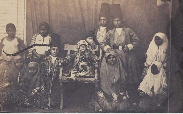 Cette photo de princes, d'enfants de dignitaires et de domestiques a été prise à la cour de Nasir al-Din Shah, un roi de la dynastie Qasar, à Téhéran au XIXe siècle. Les enfants noirs étaient connus sous le nom de khanezad, « né dans la maison »
