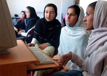 Femmes afghanes suivant des cours d'informatique (© UNESCO/J. Musawer)