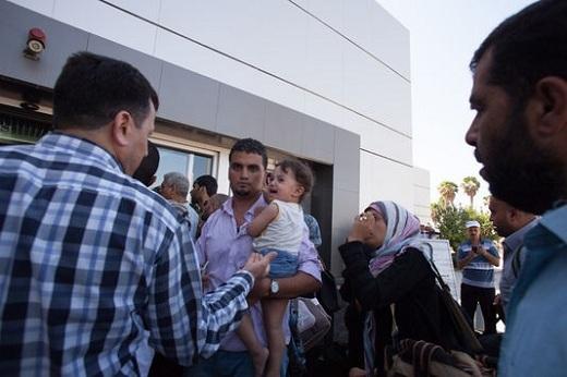 """Des Palestiniens tentent de passer la frontière entre la bande de Gaza et l'Egypte, pour se rendre en Egypte, à Rafah, le 10 juillet.   EMAN MOHAMMED POUR """"LE MONDE"""""""