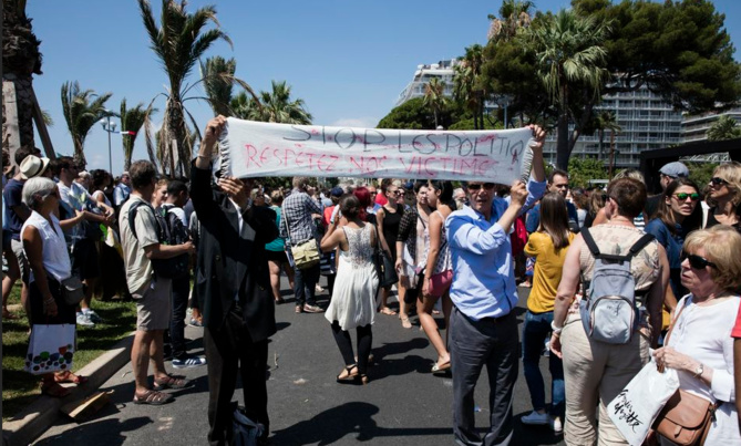 Devant le monument du Centenaire, lundi à Nice, à l'occasion de la minute de silence nationale. Photo Olivier Monge. MYOP