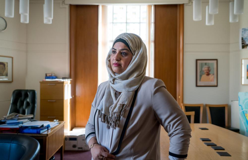 Saima Ashraf, 39 ans, à la mairie de Barking, à Londres, où elle travaille. Elle dit qu'elle n'aurait jamais pu accomplir en France ce qu'elle a construit à Londres en portant le voile. Credit Andrew Testa pour le New York Times