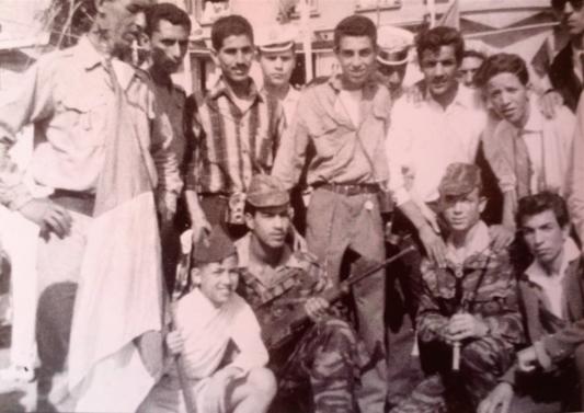 Le jeune Khaled Bentounes en bas à gauche portant le drapeau algérien pendant le cessez le feu au printemps 1962, guide spirituel actuel depuis 1975 (photographie privée).