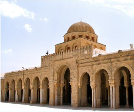 La grande Mosquée de Kairouan (Tunisie). Elle est considérée comme la quatrième ville sainte en Islam après La Mecque, Médine et Qods. Elle abritait l'un des plus grands centres d'enseignement de la jurisprudence malékite au IX ème siècle.
