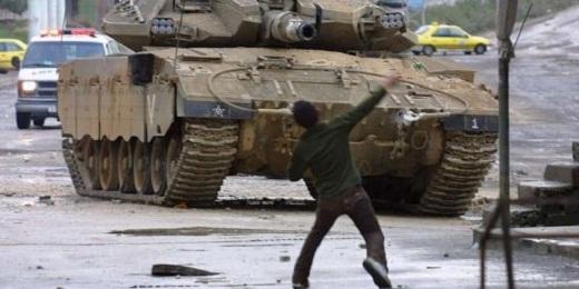Manifestant palestien face à un char israélien (2003, Cisjordanie) © JAAFAR ASHTIYEH / AFP