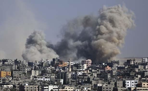 Fumées provenant des attaques israéliennes et qui s'élèvent sur la Bande de Gaza. (AP, Hatem Moussa)