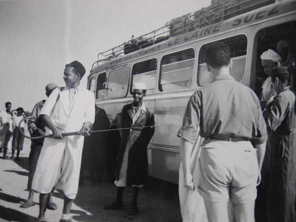 Une opération de désinfection d'un car oranais (Septembre 1953) /Source: Archives Diplomatiques de Nantes/mimmoc.revues.org