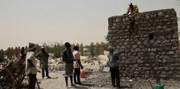 Les artisans maliens ont déjà reconstruit deux mausolées en respectant les techniques traditionnelles. Capture d'écran/AFP