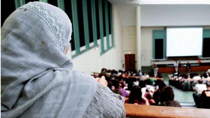 En France, la volonté d'interdire le voile à l'université a divisé les politiques.