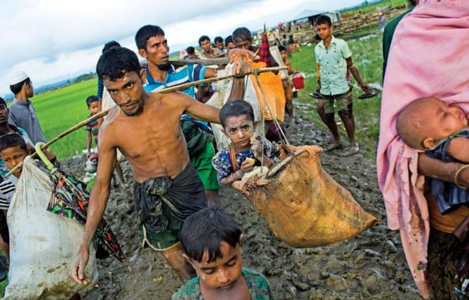 Photo: Bernat Armangue Associated Press. Des dizaines de milliers de Rohingyas ont pris la route de l'exil vers le Bangladesh voisin, à travers les rizières. Plus de 400 000 réfugiés de l'ethnie musulmane, qui ont fui de précédentes vagues de violences, s'y trouvent déjà. Mais le Bangladesh, qui ne peut en accueillir davantage, a fermé sa frontière.