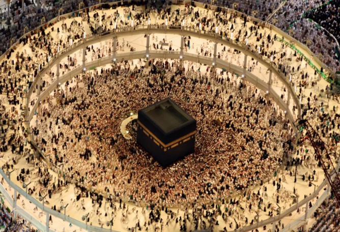 Vue depuis les tours du Mecca Royal Hotel Clock Tower, sur les pèlerins à la Grande Mosquée, à la Mecque, durant Ramadan en 2015, ville sainte de l'Islam située au coeur de l'Arabie Saoudite.