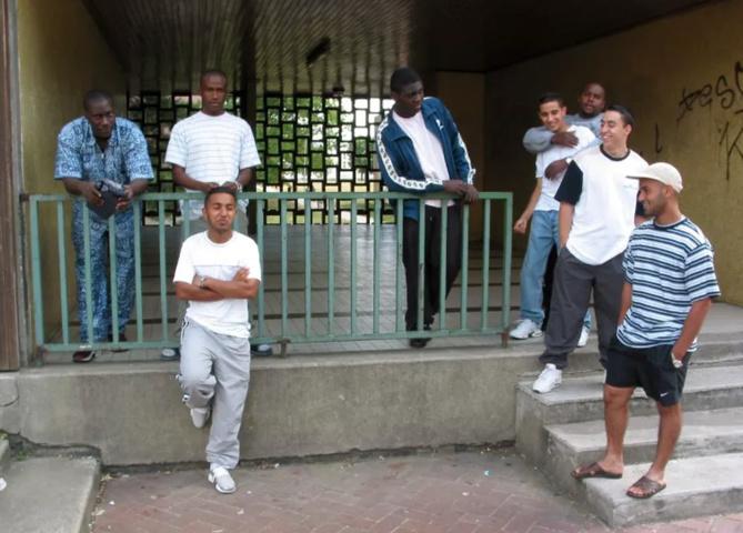 Des jeunes de la cité de la Grande Borne à Grigny, en 2002, l'un des terrains où Fabien Truong mène ses enquêtes. KARIM TRABELSI / AFP