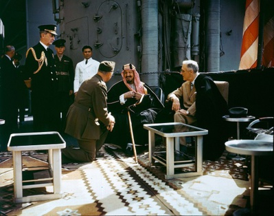 Roosevelt avec le roi Al-Saoud sur le croiseur Quincy William Leahy sur le Quincy en 1945/Wikipedia