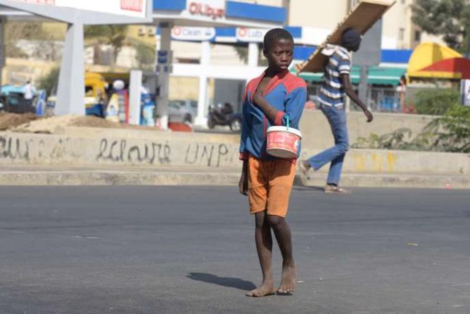 A Dakar, en avril 2016, un jeune enfant d'une école coranique (talibé) obligé de mendier pour rapporter un revenu à son marabout. SEYLLOU/AFP