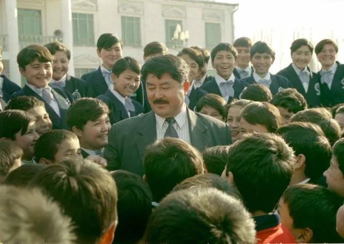 Nurtay Hajim Iskender avec les enfants de son école. Author provided