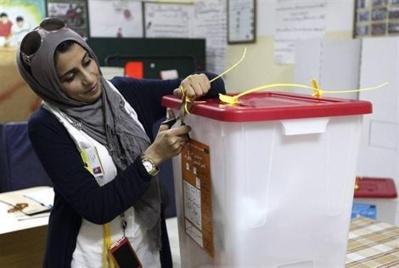 Ouverture d'une urne pour le dépouillement, à Benghazy. Reuters