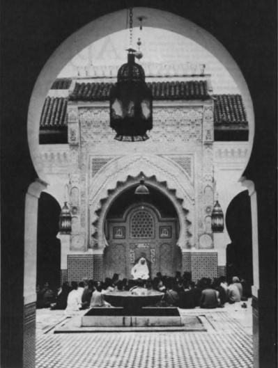 Photo Sabine Weiss © Rapho, Pans. La grande mosquée Qarawiyyin à Fez est le centre de l'une des plus vieilles universités du monde, créée en 850, et où l'on enseigne toujours le droit musulman. Assis, les étudiants forment cercle autour du conférencier, suivant une tradition qui remonte aux temps les plus anciens de l'Islam.