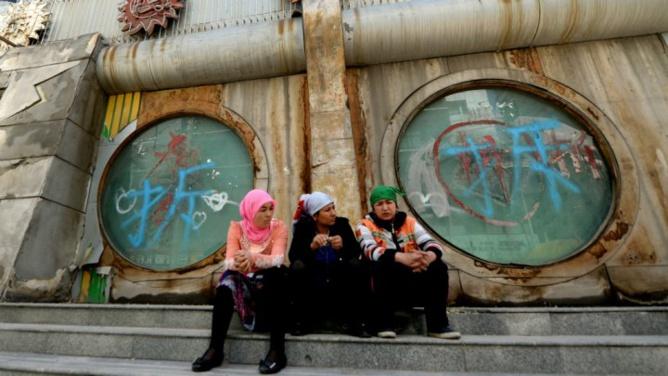© AFP   Trois musulmanes ouïghoures à Ürümqi, dans le Xinjiang, en mai 2014