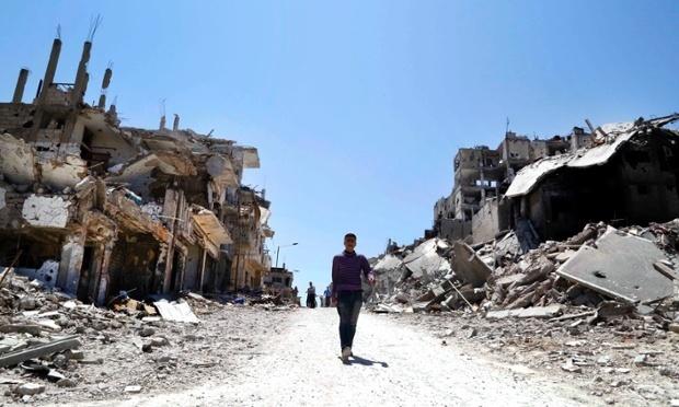 Les résidents reviennent inspecter leurs maisons dans le quartier de Wadi Al-Sayeh de Homs en mai, après la chute de la ville au bénéfice des forces d'Assad. Photo: Omar Sanadiki/Reuters