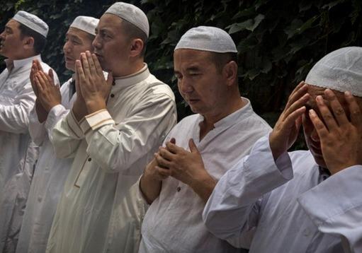 Imams Hui priant avant les principales prières du vendredi durant le mois de jeûne du Ramadan à la mosquée historique de Niujie à Beijing le 4 Juillet 2014. Photo : Kevin Frayer-Getty Images