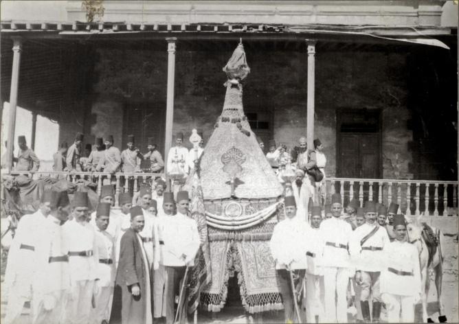 Fig.2 Mahmal en partance pour La Mecque s. d. (début du XXe siècle ?), Impression en demi-tons, 20 cm x 28.5 cm. IMM.PH.PH.3442. © QMAMedia Collections Department, Doha.