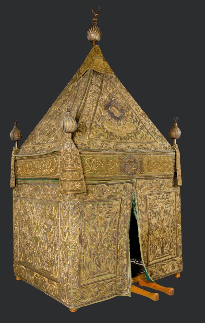 Fig.3. Mahmal, Damas, XIXe siècle, Fils métalliques brodés sur soie, 390 x 1 65 x 1 30 cm. © Collection de Son Excellence Sheikh Faisal bin Qassim Al Thani.
