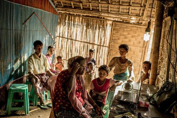 Une femme dans un camp Rohingya à Sittwe qui a appelé son frère en Malaisie pour lui demander de l'argent après l'enterrement de leur mère. Crédit Tomas Munita pour Le New York Times.