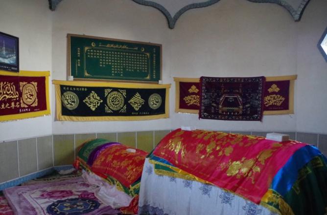 Les tombes des saints soufis chinois, situées au coeur du qubbat.Crédit photo : François Dubé