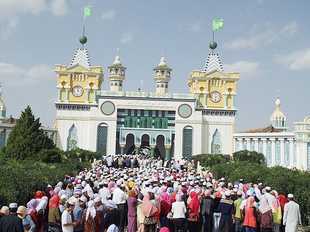 Pèlerins lors d'une cérémonie religieuse au qubbat de Honggangzi. Crédit photo : François Dubé