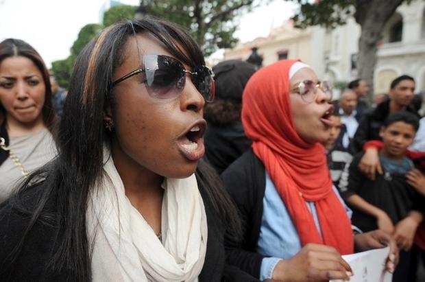 Des Tunisiennes crient des slogans lors d'une manifestation pour protester contre les discriminations et exiger une loi punissant le racisme, en mars 2014 à Tunis (AFP)