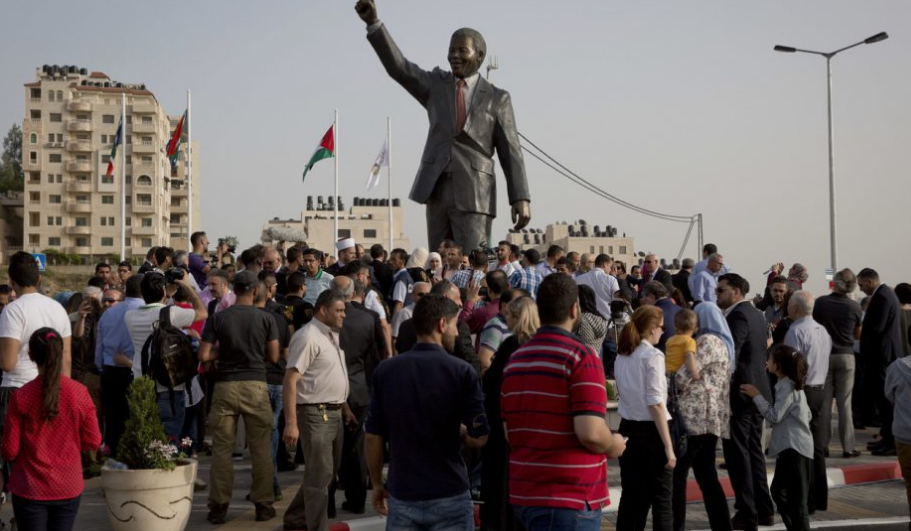 A Ramallah, une statue de Nelson Mandela. Ce dernier écrivait en 2011 une lettre à un journaliste américain: «Les Arabes palestiniens n'ont aucune place dans un Etat 'juif'. L'apartheid est un crime contre l'humanité. Israël a privé des millions de Palestiniens de leur liberté et de la propriété.» KEYSTONE