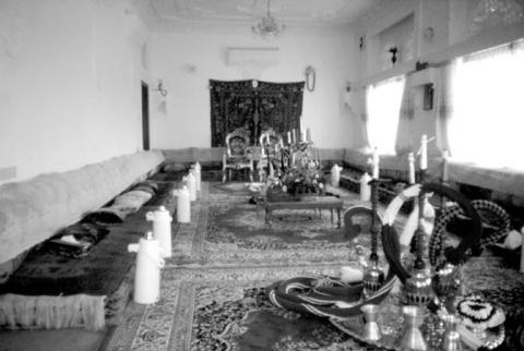 La salle de fête préparée pour un double mariage à Ṣan'â' (H. Schönig)