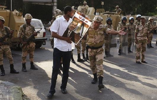 Un manifestant pro-Morsi face à un militaire égyptien (Reuters/JDD)