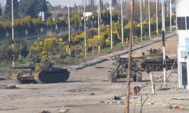 Les chars syriens sont repérés près de Bab Amr, à Homs, en 2012. Photo: Reuters