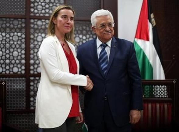 La chef de la diplomatie européenne Federica Mogherini reçu par le président de l'Autorité Palestinienne Mahmoud Abbas à Ramallah, en Cisjordanie, le 8 novembre 2014. Photo AFP
