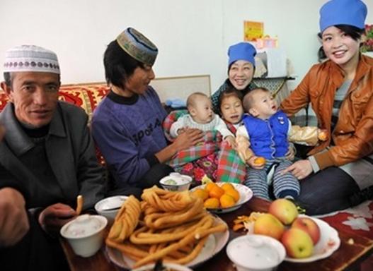 Trois générations d'une même famille de musulman Hui. Asia news Agency.