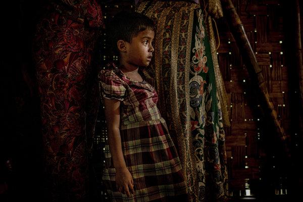 Une fille Rohingya dans une cabane dans un camp de personnes déplacées à la périphérie de Sittwe, dans l'Etat Rakhine. Crédit Tomas Munita pour The New York Times.