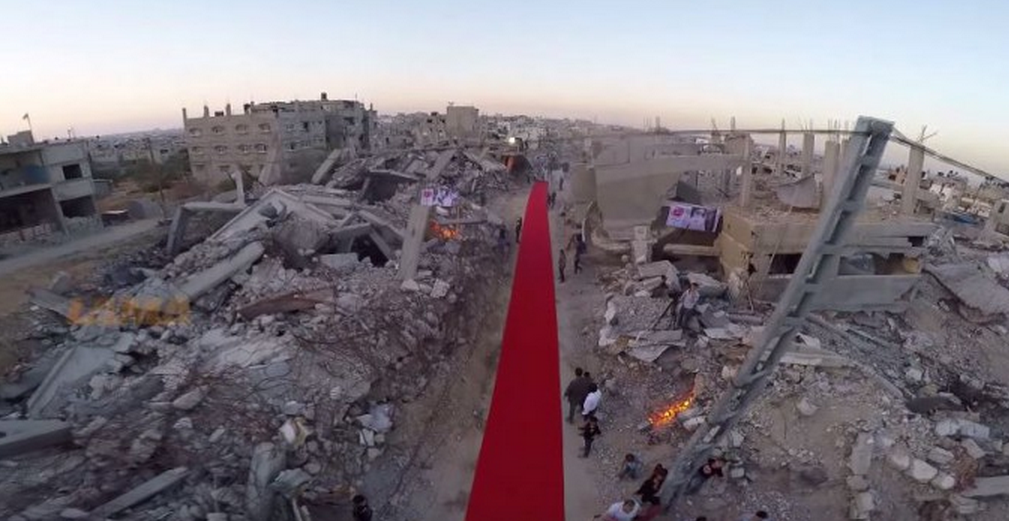 Vidéo : Un tapis rouge déroulé au milieu des ruines à Gaza
