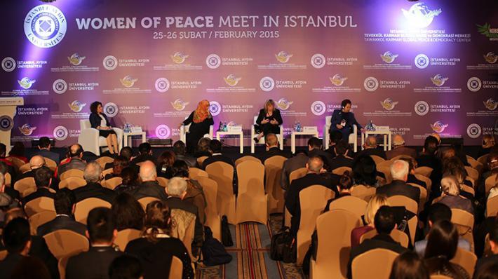 A Istanbul, un forum de débats sur le thème de la paix organisé par des intervenantes féminines.