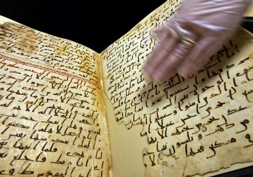 Marie Sviergula, conservatrice de l'université de Birmingham, présente le manuscrit du Coran qui pourrait être l'un des plus vieux du monde. Paul Ellis/AFP