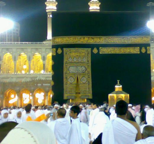La Ka'ba recouvert par la kiswa. Au premier plan, le maqām d'Ibrāhīm. Avril 2011. ©Les cahiers de l'Islam.