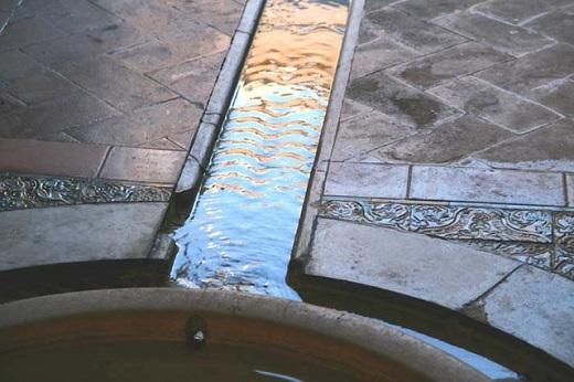 Une rigole de marbre blanc striée en zig zag conduit l'eau de la fontaine vers le tank - salle de justice, canal d'irrigation de l'ancienne chaussée almohade XII° siècle - Photo Lugar do Olhar Feliz