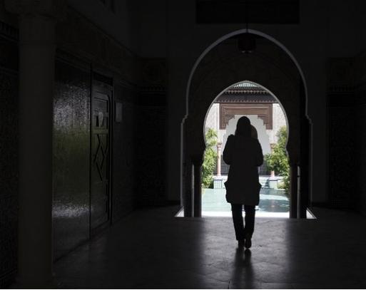 Une femme musulmane marche dans le hall de la Grande Mosquée de Paris, le 17 juin 2015 (AFP).